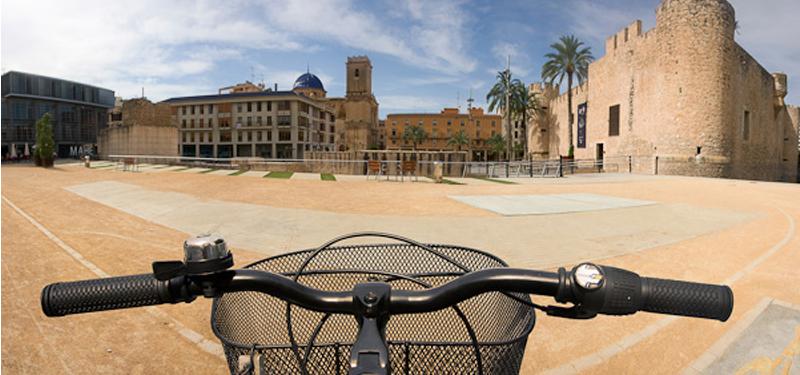 Bicicleta con vistas a la Basílica de Santa María y el Palacio de Altamira