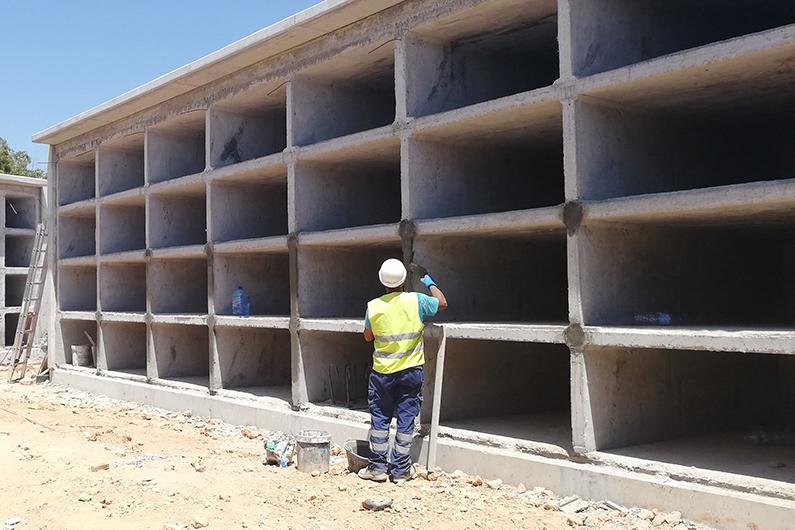 Construcción de nichos en el Cementerio Nuevo.